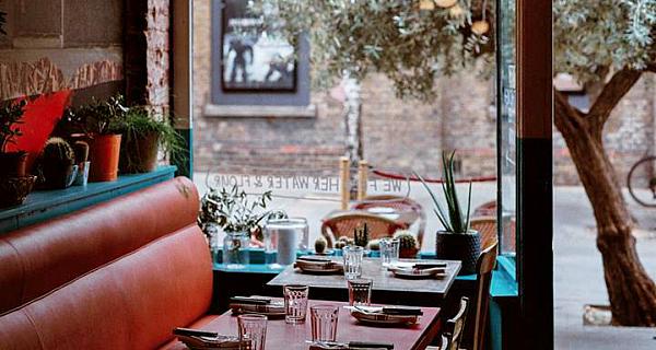 radio alice clapham, interior, table