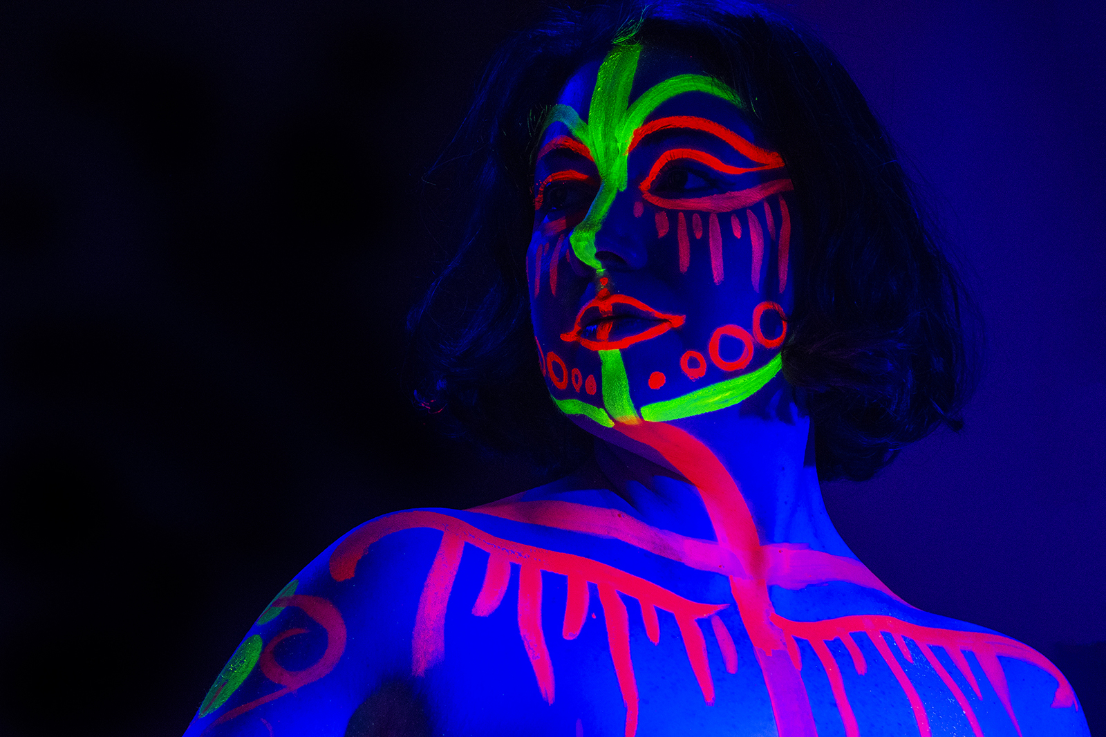 Queen Of Hoxton Host Neon Naked Life Drawing!